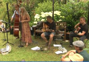 Nid de Poule bei ihrem Auftritt im Villengarten