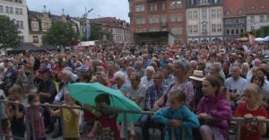 Festivalbesucher vor der großen Marktbühne