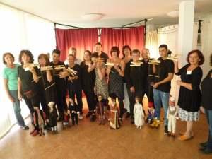 Die Marionettenspieler präsentieren sich nach der Aufführung