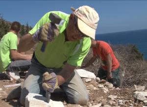 Lehrer Eckhard Boy bearbeitet einen Stein
