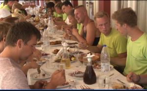 Gruppe beim gemeinsamen Mittagessen