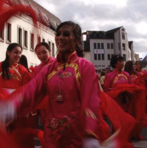 Tänzerin in der Gruppe der Meenzer Chinese