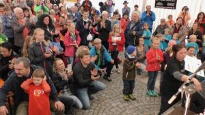 Zuschauer bei Zeltmusikveranstaltung