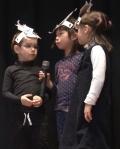 Kinder bei Märchenspiel